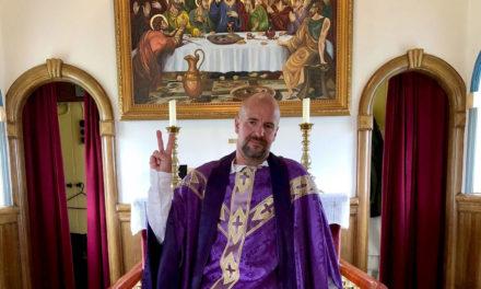 Snorri Ásmundsson þjónar fyrir altari í Hrísey